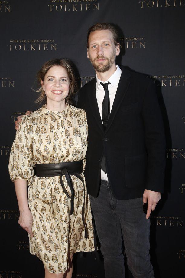 Pekka Strangilla on kädet täynnä töitä, teatterin lisäksi miestä työllistävät tv-kuvaukset niin Ruotsissa kuin Puolassakin. Mukana Tolkien-ensi-illassa Pia-vaimo.
