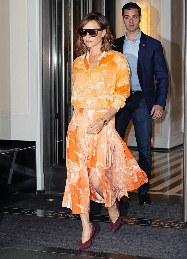 Tämän asun haluamme kopioida tällaisenaan: hulmuavahelmainen oranssi mekko ja burgundit korkkarit ovat ihanat yhdessä.