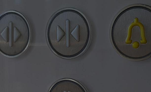 Vantaan Asolassa tapahtuneen sähkökatkoksen vuoksi taloyhtiön hissi ja yhteisten tilojen valot eivät toimineet. Kuvituskuva.