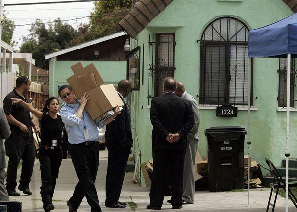 Poliisi tyhjensi Lonnie David Franklinin asuntoa keskiviikkona Los Angelesissa.