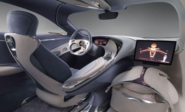 Kuljettajan eteen aukeava mittaristo on kolmiulotteinen. Oikealla kädellään kuski hallitsee viihdepatteristoa.