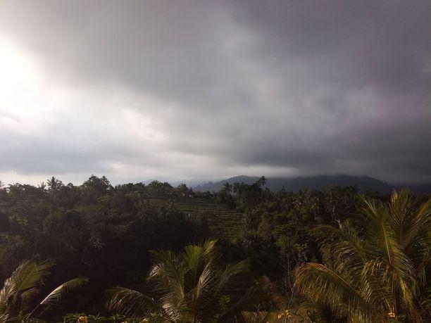 Tältä näytti taivas Negaran kaupungin kupeessa sijaitsevassa Munduk Jatin -kylässä lauantaina.