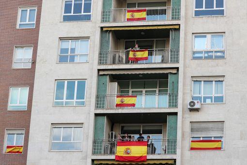 Espanjan liput liehuivat madridilaisten parvekkeilla kansallispäivänä.