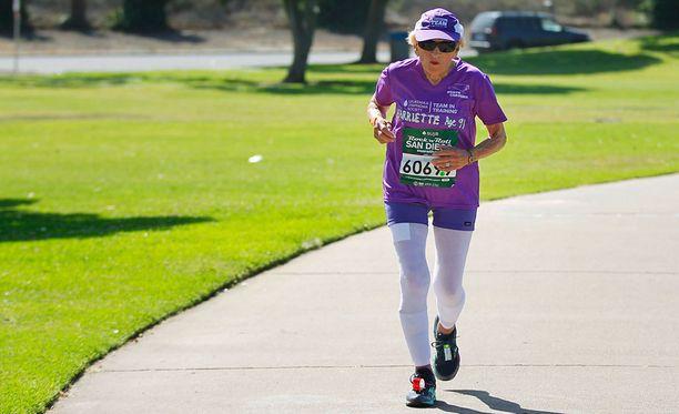 Harriette Thompson on nyt maailman vanhin puolimaratonin ja maratonin juossut nainen. 94-vuotias Thompson kerää juoksuillaan rahaa syöpäpotilaille.