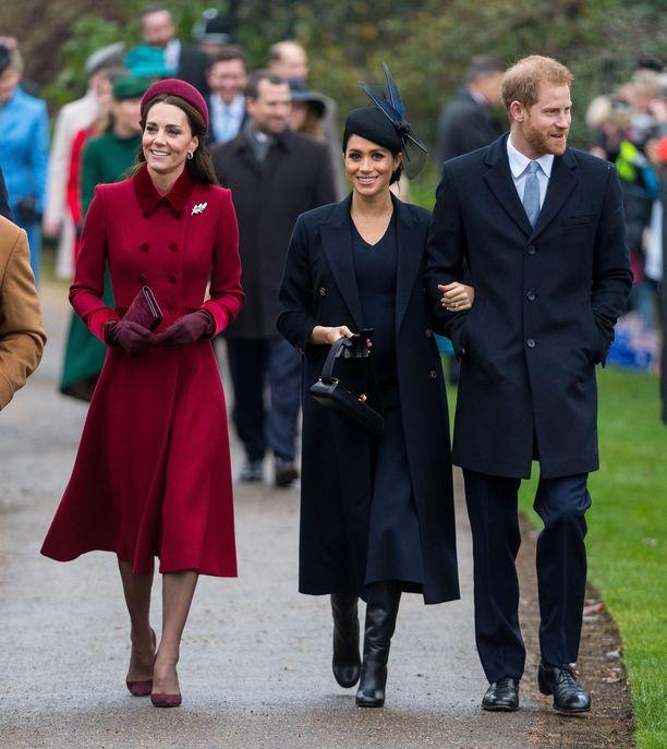 Catherine irrottautui prinssi Williamista ja käveli herttuatar Meghanin vierellä. Harry piti katseensa tiukasti yleisössä.