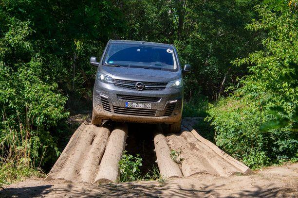 Kieli keskellä suuta. Opel Zafira Life tukkisillalla ADACin maastoradalla.