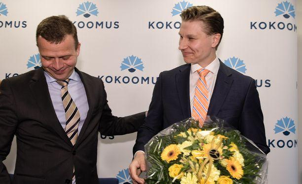 Antti Häkkänen (kuvassa oik.) valittiin torstaina kokoomuksen uudeksi ministeriksi. Vieressä kokoomuksen puheenjohtaja Petteri Orpo.