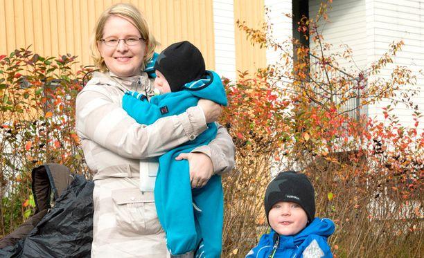 Äidin huoli Sini Viitala haluaisi hoitaa lapsiaan kotona, kunnes nuorempikin on kaksivuotias.