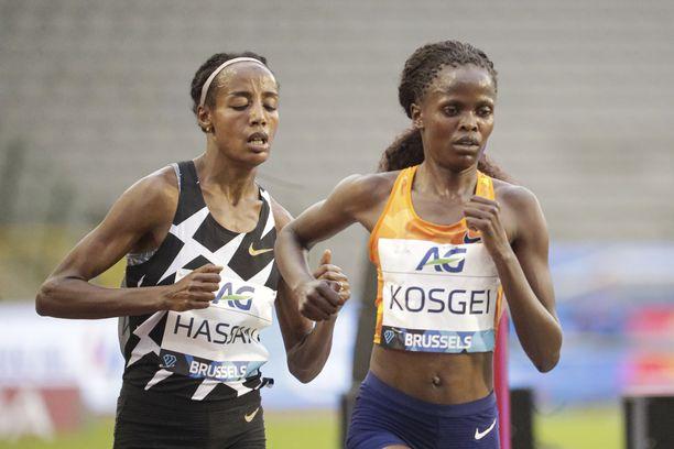 Sifan Hassan (vas.) ja Brigid Kosgei juoksivat liki 19 kilometriä 60 minuutissa Brysselin Timanttiliigassa perjantaina. Kosgei hylättiin kisan jälkeen.