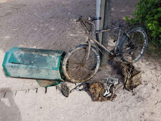 Merestä löytyi muun muassa polkupyörä, roskakori ja muuta metallia.