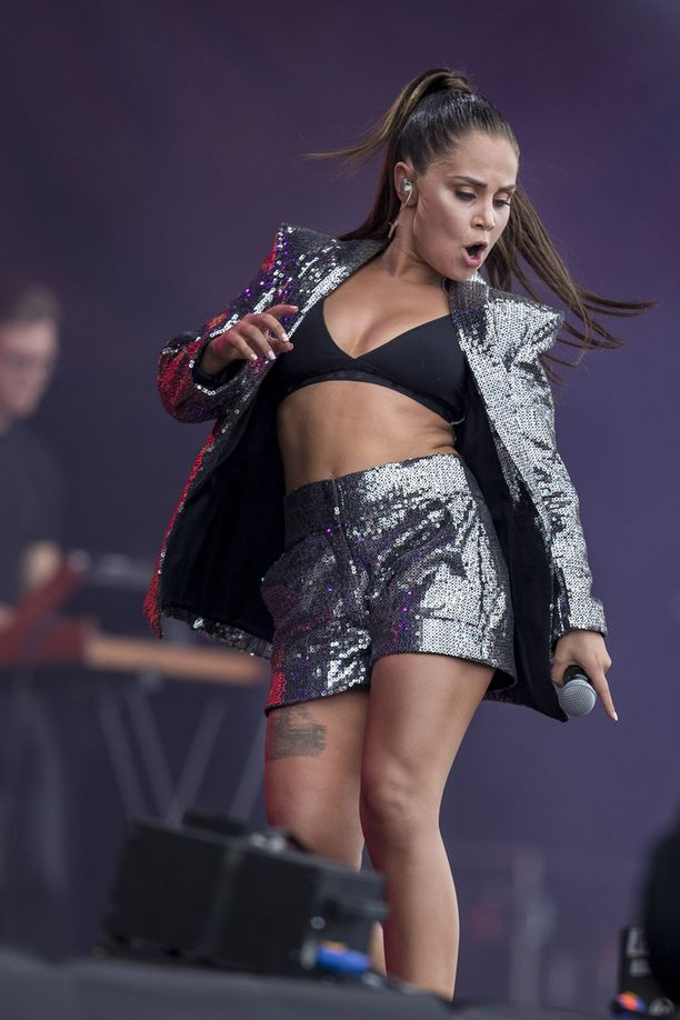 Anna Abreu tanssi lavalla kappaleidensa aikana.