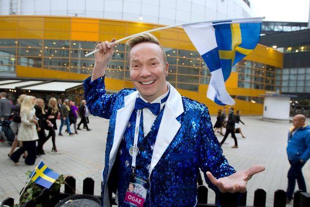 Euroviisuja rakastavat Jouni Pihkakorpi ja Kim Karlsson juhlivat Euroviisufinaalia glitteritakeissaan. - Joka vuosi teetetään uudet juhlavaatteet viisuihin!