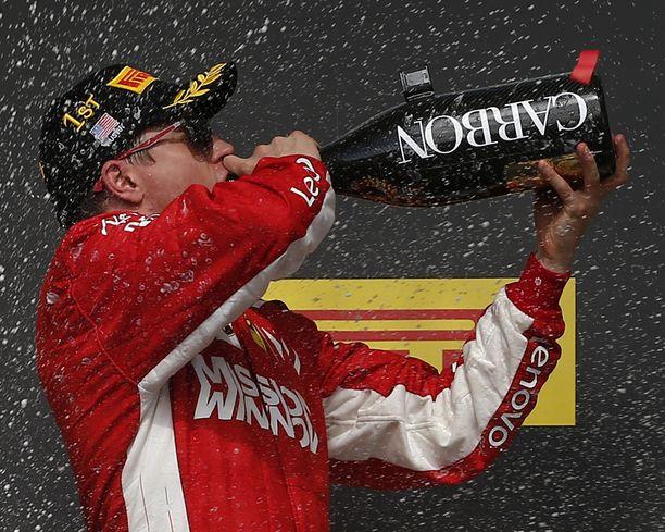 Kimi Räikkönen on päässyt urallaan useasti maistamaan palkintokorokkeen samppanjaa. Hän kuitenkin joisi siellä mieluummin vaikka olutta.