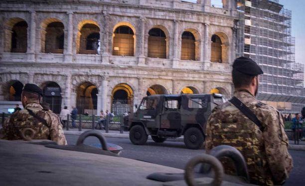 Poliisi vartioi suosituimpia turistinähtävyyksiä Roomassa.