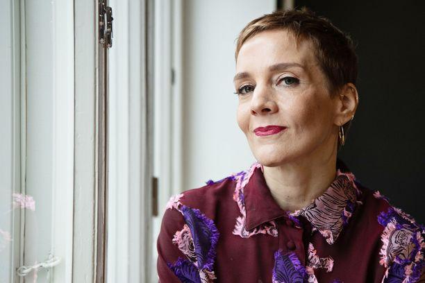 Maria Veitola yökyläilee suomalaisjulkkisten kotona lokakuusta lähtien.