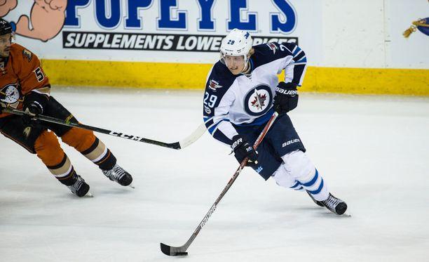 Patrik Laine sai Ducks-ottelussa Sami Vatasen mailasta kasvoihinsa.