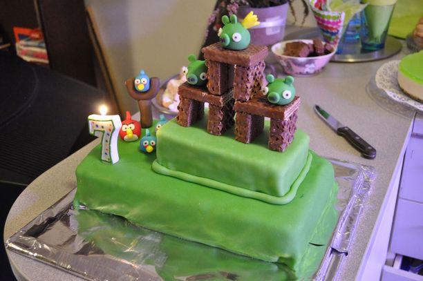 Angry Birds -kakun täytteenä on mansikkarahkaa.