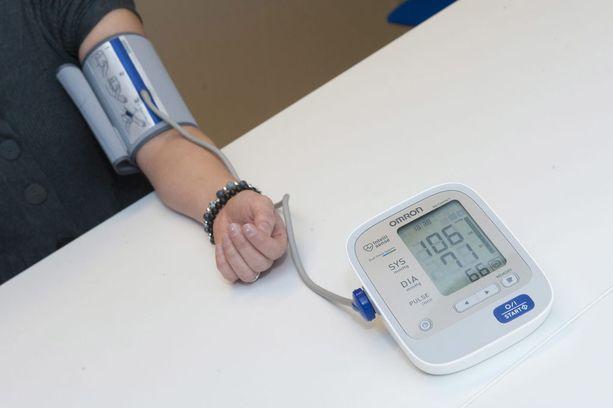 Verenpainemittarilla mitataan veren systolista ja diastolista painetta. Kohonneen verenpaineen hoitoon on olemassa lääkkeitä.