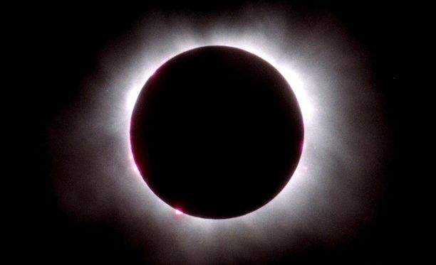 Auringon korona näkyi selvästi vuoden 1999 auringonpimennyksessä.