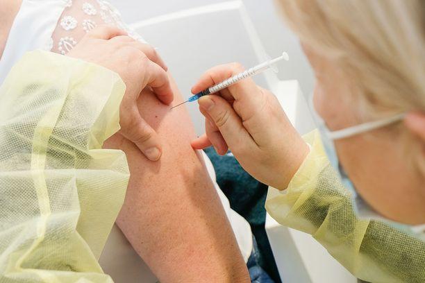 Suurin osa ruotsalaisista tulee saamaan kolmannen rokoteannoksen vuonna 2022.