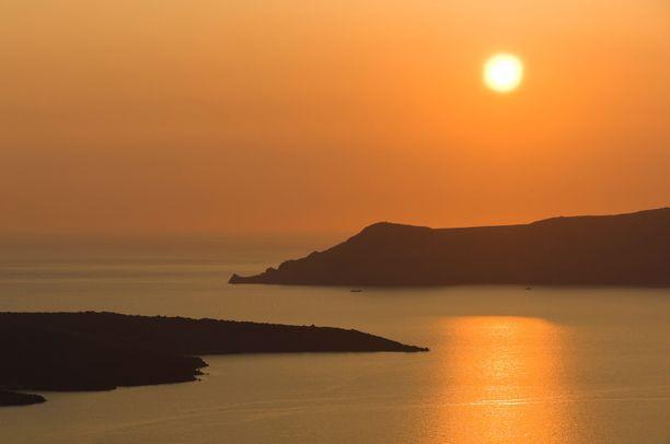 Santorini kuuluu Kykladien saariryhmään. Kuvassa näkyy ryhmän muita saaria Santorinilta käsin.