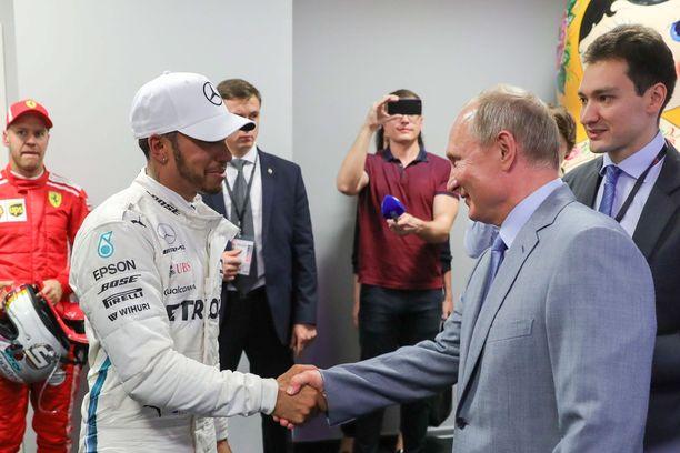 Vladimir Putin onnitteli Lewis Hamiltonia Venäjän GP:n voitosta, mutta muistutti samalla tulkkinsa välityksellä, ettei kolmen vuoden takainen kuohujuomaepisodi toivottavasti toistuisi.
