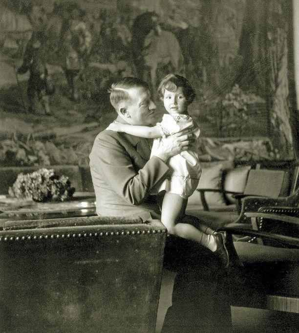 Berghof oli sisustettu näyttävästi, mutta vanhanaikaisesti. Hitlerin sylissä Eva Braunin ystävän Herta Schneiderin Ursula-tytär.