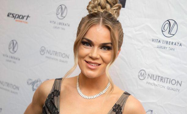 Kuvassa Rosanna Kulju viime marraskuussa Miss Helsinki -kilpailun finaalissa. Hän luotsaa nykyään kilpailua.