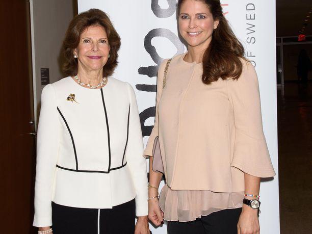 Kuningatar Silvia tuli hätiin, kun prinsessa Madeleinen lapset sairastuivat. Näillä näkymin molemmat edustavat New Yorkissa järjestettävässä Childhood-järjestön tilaisuudessa.