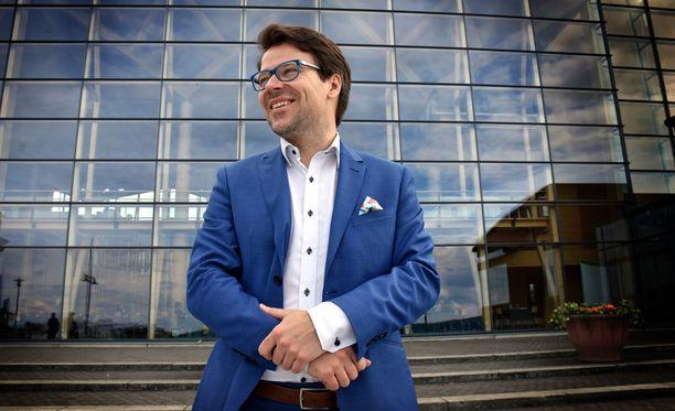 Vihreät on noussut gallupeissa Suomen neljänneksi suurimmaksi puolueeksi ja puheenjohtaja Ville Niinistö on tuoreen kyselyn mukaan suosituin oppositiojohtaja. Tästä huolimatta puolue joutuu vaihtamaan puheenjohtajaansa ensi vuoden puoluekokouksessa. Tämän viikonlopun puoluekokous Lahdessa sujuu vielä ilman vaihdoksia puolueen johdossa.