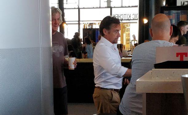 Richard Hammond ja James May ruokailivat Helsinki-Vantaan lentokentällä olevassa ravintolassa.