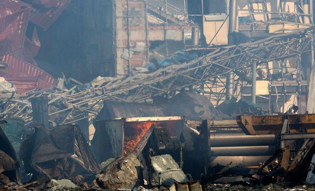 Paikalla sammutetaan edelleen jälkipaloja, joita räjähdyksen seurauksena syttyi.