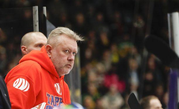 Tampereen Leinolan kaupunginosassa asuva Veli-Matti Pohjonen on toiminut Tapparan hierojana ja joukkueen isähahmona vuodesta 1995 alkaen. Pohjosen perheeseen kuuluvat vaimo, kaksi poikaa ja kultainennoutaja.