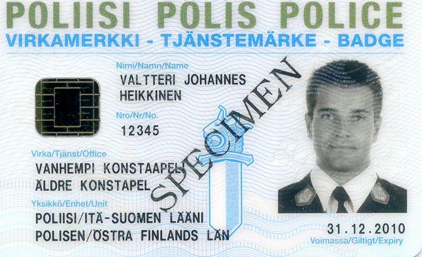 """Yrittäjä teetti poliisin virkamerkkiä (kuvassa) erehdyttävästi muistuttavia """"virkamerkkejä""""."""