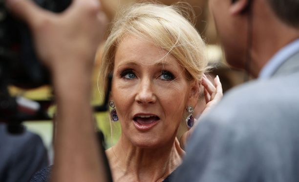 Kirjailija J.K. Rowling poseerasi kuvaajille Harry Potter -näytelmän ensi-illassa.