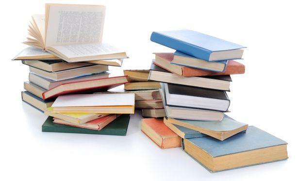 Moni on luopunut kirjoista eikä aio niitä hankkiakaan, koska kirjastosta voi niitä lainata.
