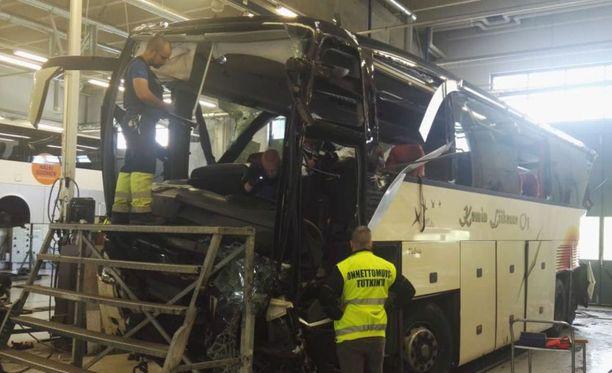 Kuopion turmabussia tutkittiin lauantaina liikennehallissa Kuopion Siikaniemessä.