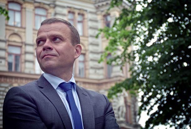 Valtiovarainministeri Petteri Orpo (kok) korostaa työllisyyttä eriarvoistumisen torjumisessa.