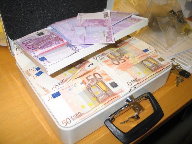 Poliisin takavarikoima rahalipas. Takana näkyy muiden lippaiden avaimia.