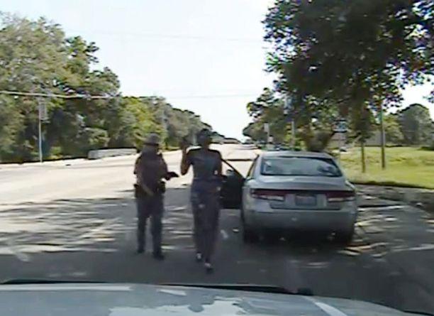 Monet videon nähneet pitävät poliisin toimia ylimitoitettuina. Sandra Bland ei syyllistynyt rikokseen, mutta poliisi kovensi otteitaan sanaharkan jälkeen.