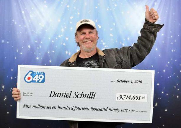 Uusi lottomiljonääri ilmoitti voitosta lapsilleen television uutislähetyksessä.
