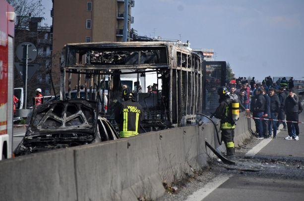Bussi tuhoutui täysin.