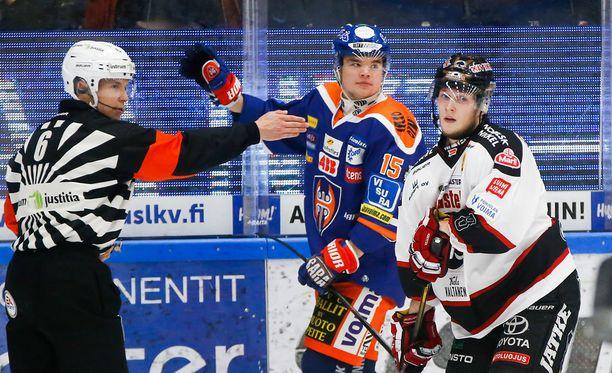 Manu Honkanen tuuletti Tapparan kolmatta maalia.