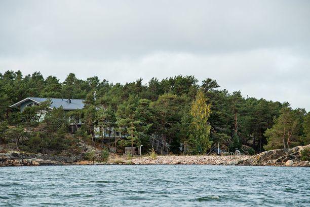 Kuvan etualalla näkyy saarella oleva helikopterikenttä.