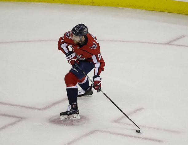 Pudotuspelien pistepörssiä johtava Washington Capitalsin tähtisentteri Evgeni Kuznetsov syötti kaksi maalia avauserässä.