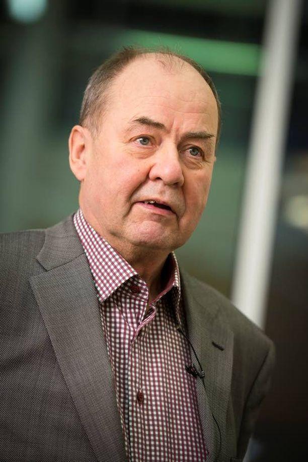 Entinen valtiovarainministeri Iiro Viinanen esiintyi tiistai-iltana Tapiolan kirjastossa.