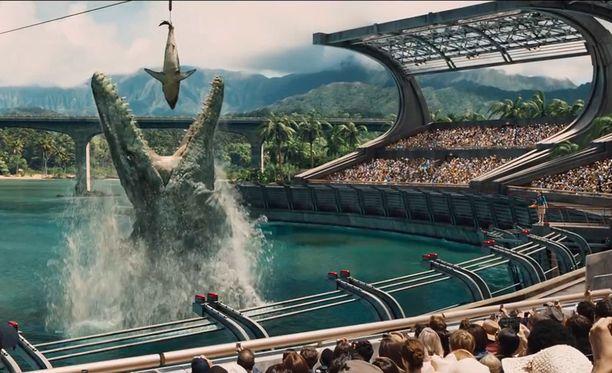 Elokuvan mosasaurus viihdytti yleisöä ruokailunäytöksessä.