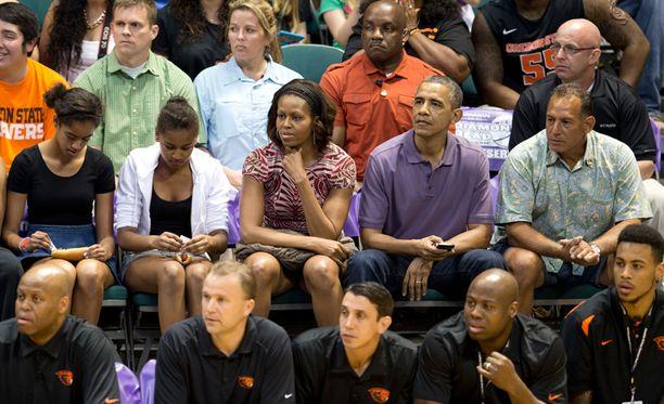 Barack Obama perheineen seurasi koripallopeliä Honolulussa.