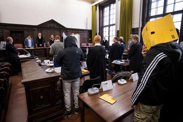 Kuusi miestä vastasi lokakuun 16. päivänä Saksan Hampurissa syytteisiin aikeista matkustaa Syyriaan Isis-taistelijoiksi.