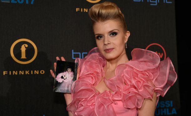 Alina Tomnikovin puvussa on jäljitelty hänen pienenä rakastamaansa vaaleanpunaista puuhkaa.